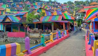 Vivid Makeover Lures Tourists to Former Slum